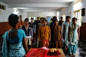 3 luglio - le ragazze del corso di cucito cantano l'inno nazionale al termine della lezione pomeridiana