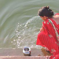 Donna lungo il Gange a Varanasi (India)